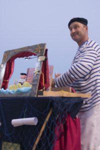 """Thierry Rousse conte des histoires au bord de la mer avec des figurines et des planches illustrées. Pêcheurs d'histoires, conte et théâtre d'objets """"Le Grain de sable et la Perle magique"""""""